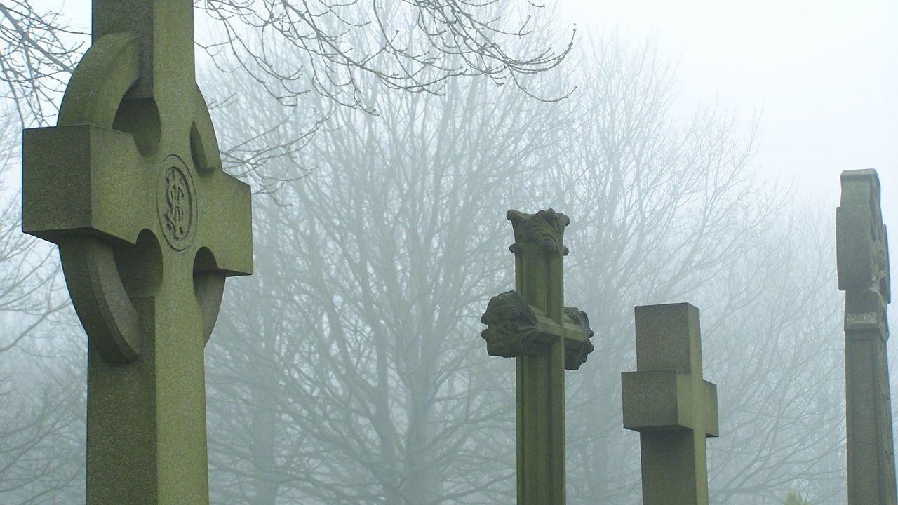 Una tumba en un cementerio (archivo)