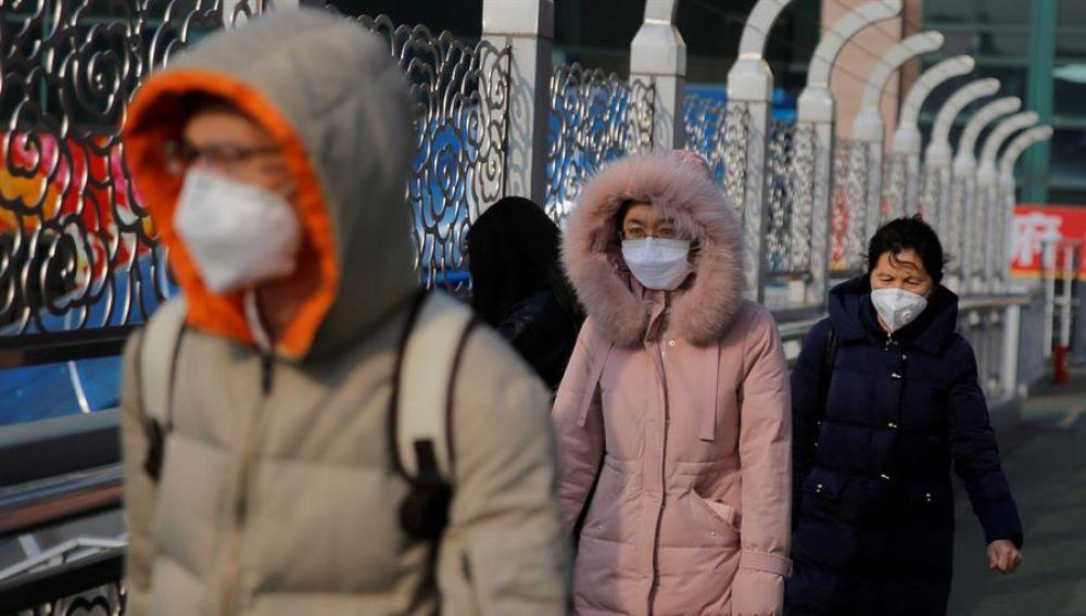Ciudadanos con mascarillas en el transporte público de Pekín