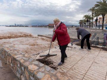 Vecinas de Los Alcázares limpian los destrozos de la borrasca Gloria