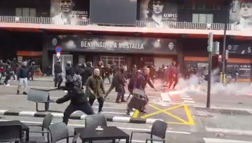 Ultras de Barça y Valencia protagonizan una pelea en las afueras de Mestalla
