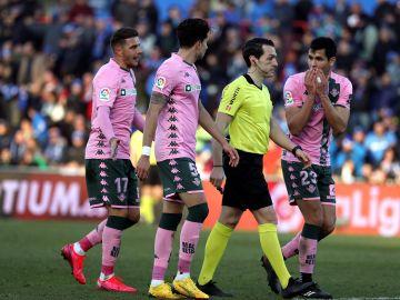 Los jugadores del Betis protestan al árbitro.