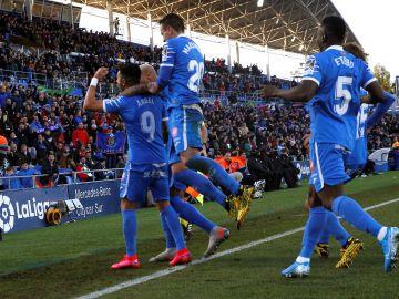 Los jugadores del Getafe celebran un gol en el Coliseum.