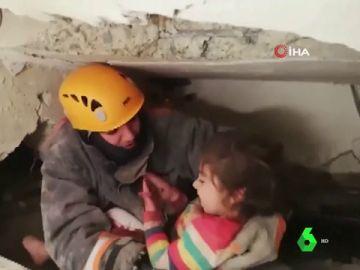 El rescate a una niña tras el derrumbe de un edificio por el terremoto de Turquía