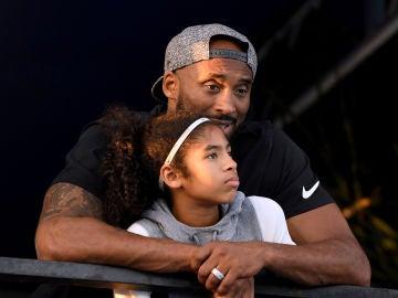 Kobe Bryant abraza a su hija Gianna María