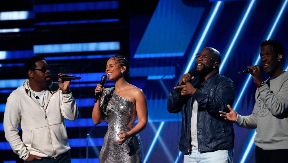 Alicia Keys, junto a Boyz II Men, cantando 'It's So Hard to Say Goodbye to Yesterday' en memoria de Kobe Bryant