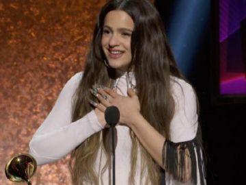 Imagen de Rosalía recogiendo el Grammy