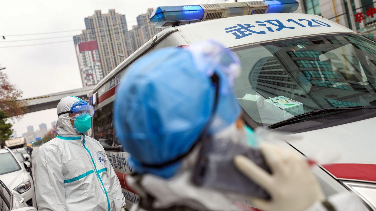 Dos sanitarios junto a una ambulancia en China