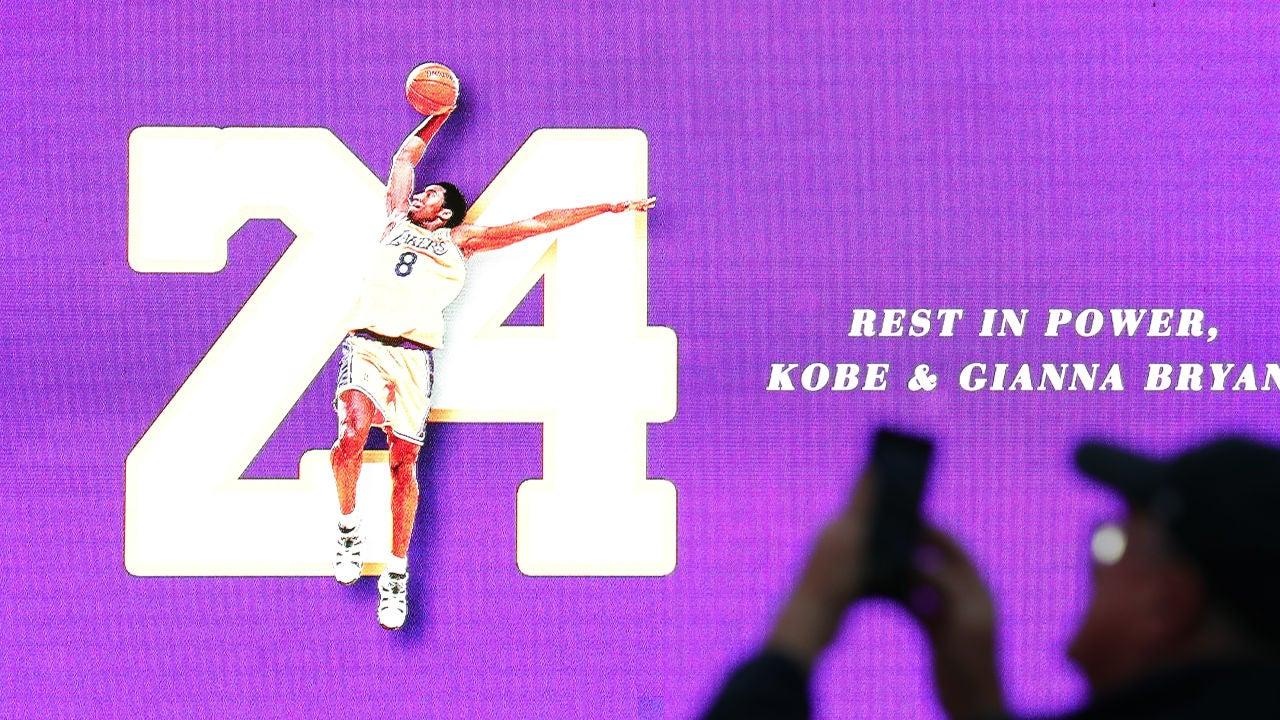 Una pantalla recuerda a Kobe Bryant y a su hija Gianna