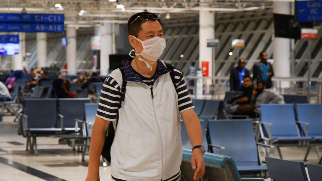 Viajeros con mascarillas en el aeropuerto