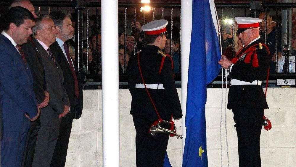 Momento en el que arriaron la bandera de UE en Gibraltar