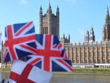 Banderas del Reino Unido ondean frente a las Casas del Parlamento en Londres