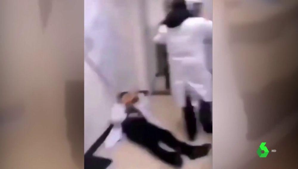 No, la pelea en un hospital entre personal sanitario y un grupo de personas no es por un caso de coronavirus