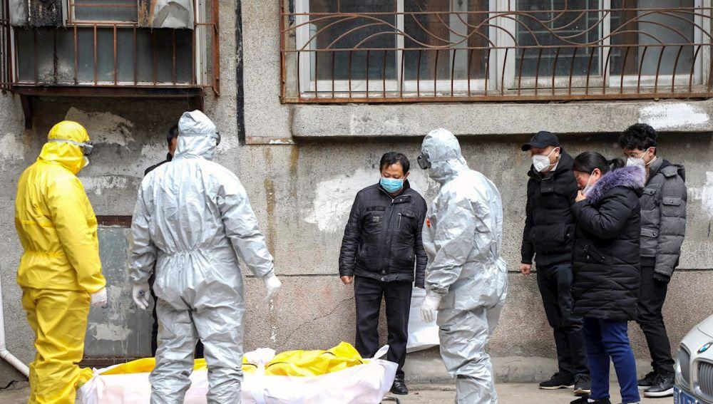 Imagen de un fallecido por coronavirus en China