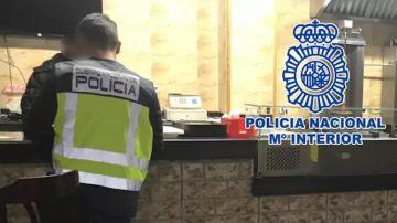 Miembro de la Policía Nacional en un local de kebabs