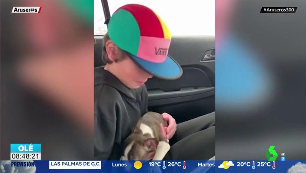 La tierna reacción de un niño al recibir el cachorro que le había comprado su padre antes de morir