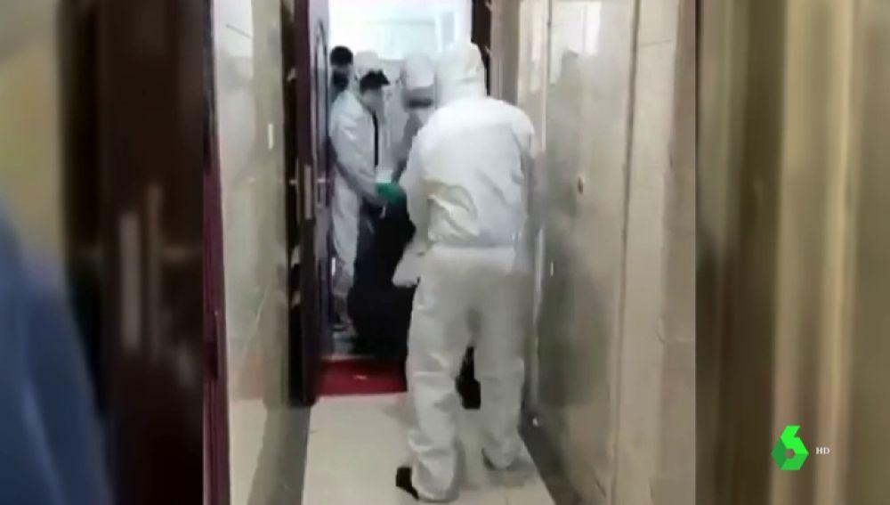 Autoridades chinas sacan a posibles contagiados de sus casas