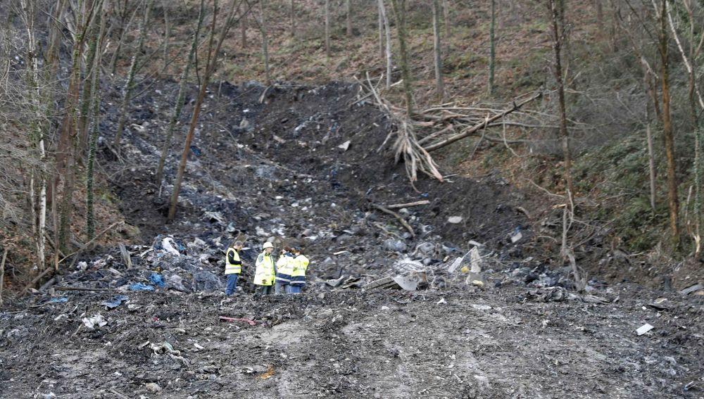 Reactivan la búsqueda de los dos trabajadores desaparecidos tras un desprendimiento a pesar de la presencia de amianto