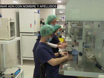 Fotos de personas en un laboratorio