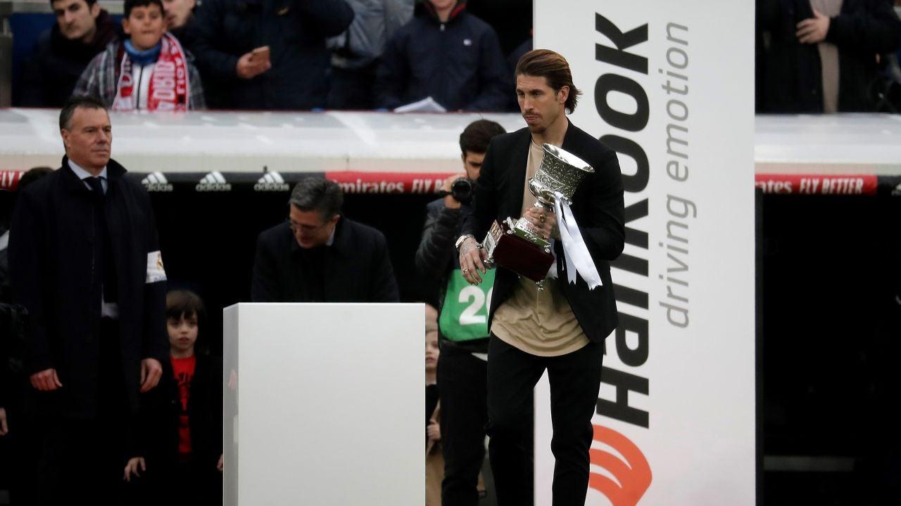 Sergio Ramos con el trofeo de la Supercopa de España.