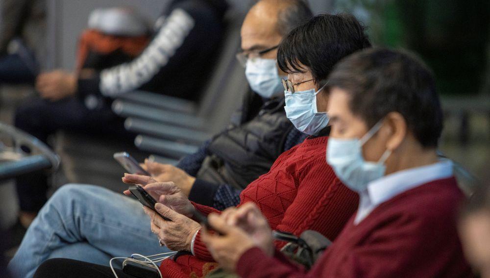 Imagen de personas con mascarillas en Wuhan