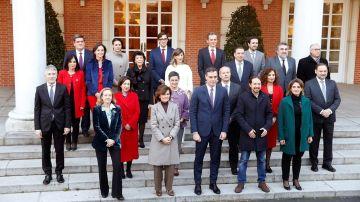 Sánchez posa junto con los miembros de su gabinete en la foto de familia en la Moncloa antes del primer Consejo de Ministros del Gobierno