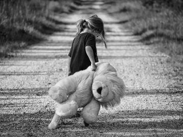 Imagen de archivo de una niña sola.