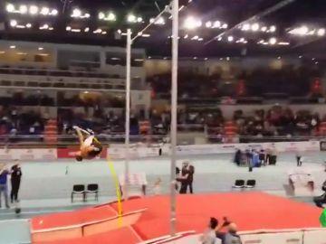 El sueco Duplantis bate el récord del mundo de pértiga y se convierte en el nuevo rey de las alturas