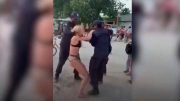 Imagen del momento de la detención de la turista en Maldivas