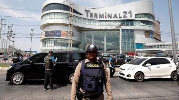 Imagen de un policía frente al centro comercial donde se atrincheró el soldado tailandés