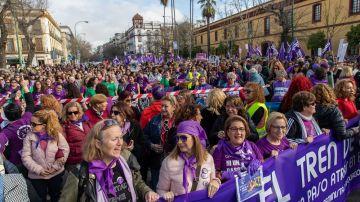 Imagen de las mujeres que han protestado en Sevilla contra los recortes en igualdad en Andalucía