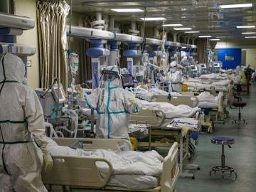 Médicos atienden a enfermos por coronavirus de Wuhan
