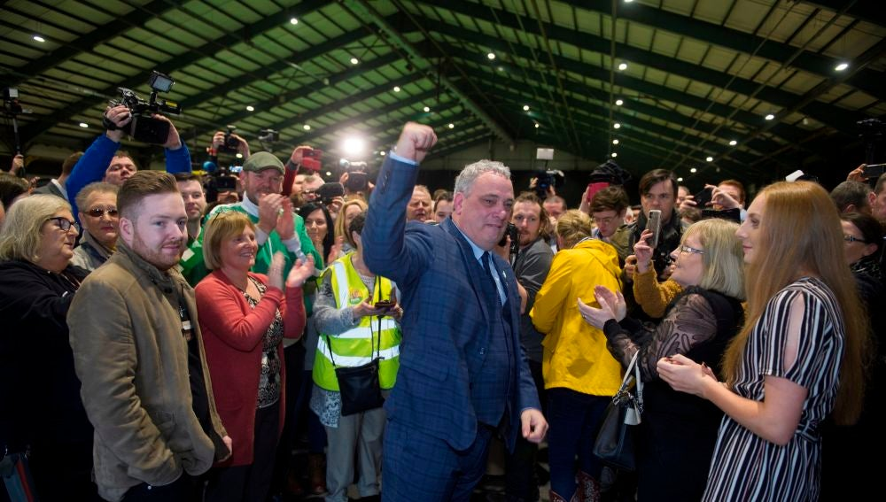 El candidato Sinn Fein Aengus O Snodaigh junto a sus compañeros de formación en Dublín, Irlanda