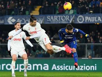Cristiano Ronaldo, rematando de forma acrobática.