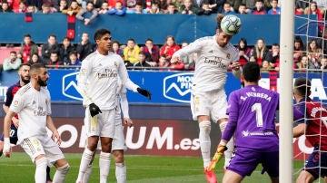 Sergio Ramos remata al fondo de la red.
