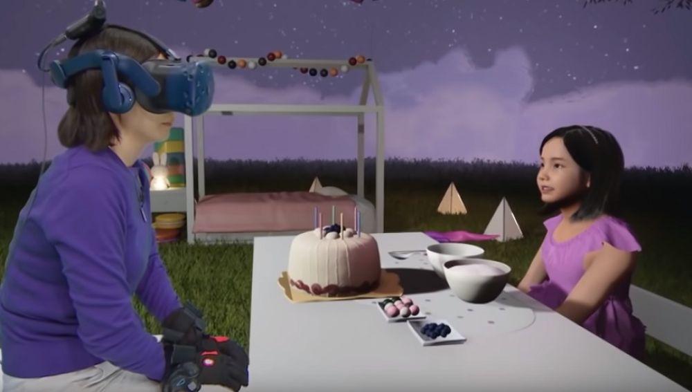 Imagen de la madre manteniendo una conversación con su hija gracias a la realidad virtual.