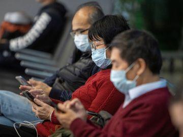 Imagen de personas con mascarillas para protegerse del coronavirus