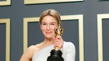 La actriz Renée Zellweger posa con su premio Oscar