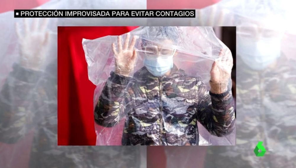 Un chino cubierto con una bolsa de plástico frente al coronavirus
