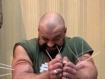 Sergey Tsyrulnikov demuestra su fuerza