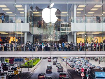 Una tienda Apple con gran afluencia