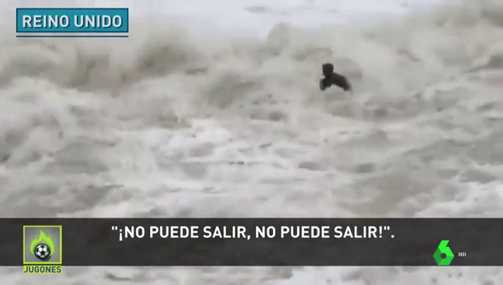 Rescatan a un surfista que se lanza al mar en medio del temporal en Reino Unido