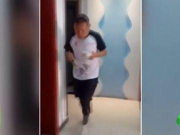 Un maratoniano corre 50 kilómetros en su salón al estar aislado por el coronavirus
