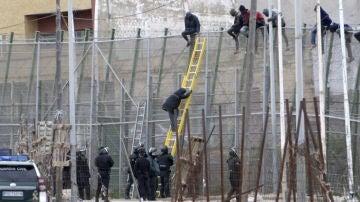 Imagen de una devolución en caliente en la valla de Melilla