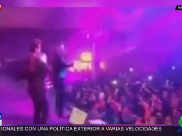 El vocalista del grupo 'La Adictiva' recibe un botellazo en la cara en pleno concierto