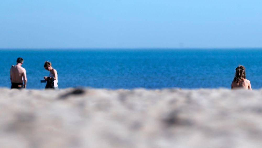 Varias personas en la playa de la Malvarrosa