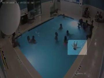 El agónico rescate de un niño de dos años que se estaba ahogando en una piscina sin que nadie se diera cuenta