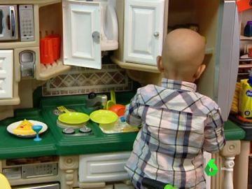 Imagen de archivo de un niño jugando