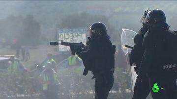 """VÍDEO REEMPLAZO - Antidisturbios lanzan botes de humo para dispersar a """"radicales"""" que protestaban en Lucena por la situación de los agricultores"""