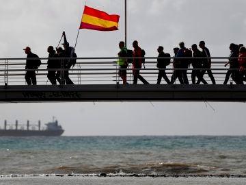 Grupo de personas recorriendo el camino de la Desbandá