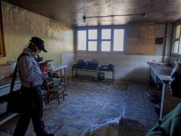 Interior del orfanato calcinado en Haití